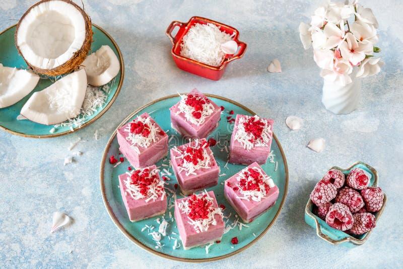 volcans de mini-gâteaux de Cru-vegan d'un plat de turquoise images stock