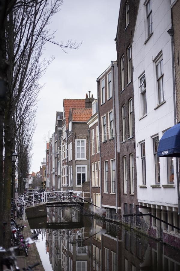 Voldersgracht an einem schwermütigen Tag des regnerischen Winters Schöne Kanalhäuser nahe bei dem Kanal errichten stockfotografie