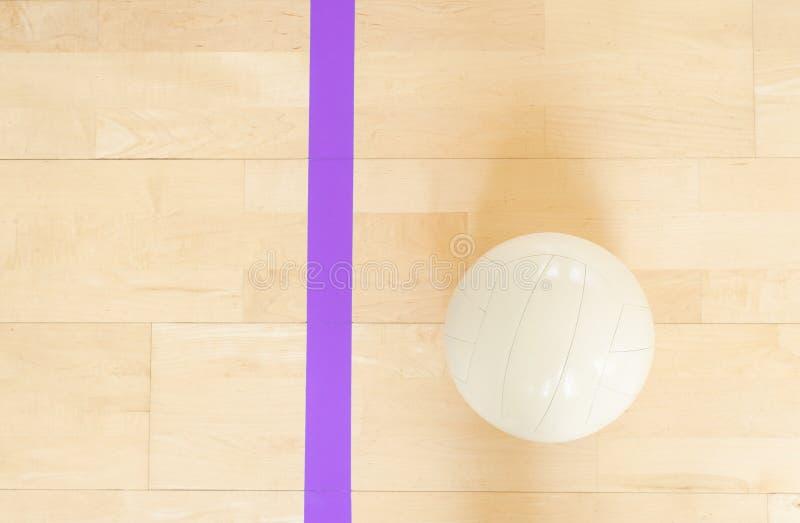 Voleibol blanco en el piso en el gimnasio imagenes de archivo