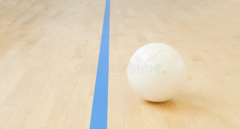 Voleibol blanco en el piso en el gimnasio imagen de archivo libre de regalías