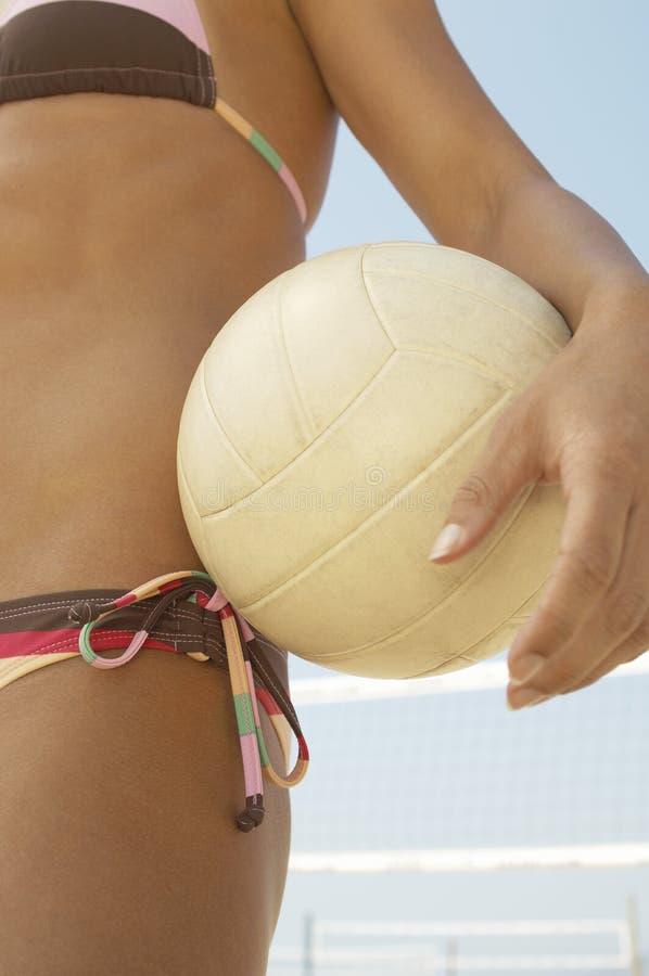 Voleibol de la explotación agrícola del jugador de voleibol de la playa fotografía de archivo libre de regalías