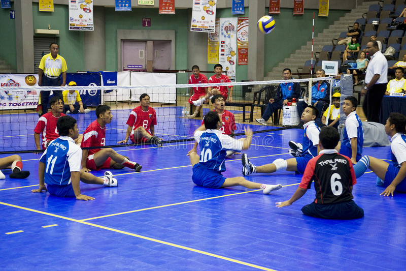 Voleibol de la sentada de los hombres para las personas lisiadas imagen de archivo libre de regalías