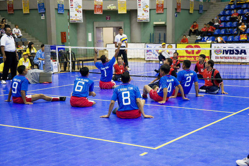 Voleibol de la sentada de los hombres para las personas lisiadas imágenes de archivo libres de regalías