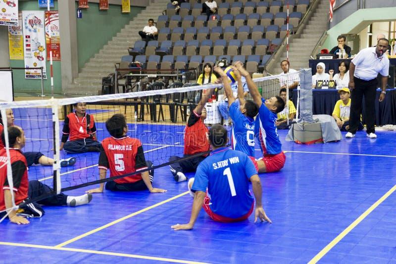 Voleibol de la sentada de los hombres para las personas lisiadas fotografía de archivo libre de regalías