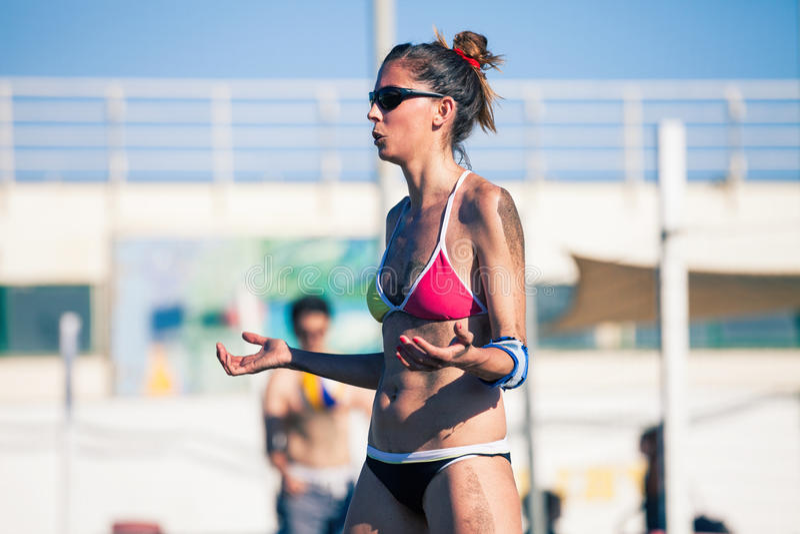 Voleibol de praia fêmea do jogador fotos de stock royalty free