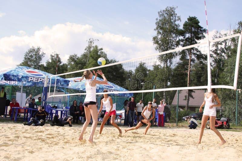 Voleibol lindo del juego de las muchachas en la playa moscú 07 08 2009 imágenes de archivo libres de regalías