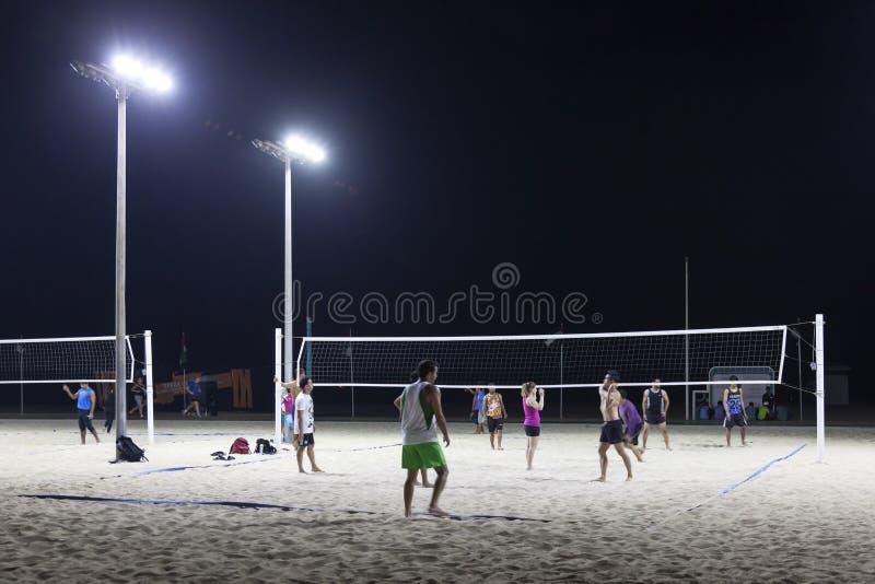 Voleibol na praia do papagaio em Dubai foto de stock royalty free