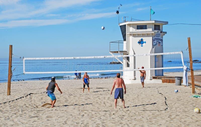 Voleibol perto da salva-vidas Tower, Laguna Beach, CA fotografia de stock royalty free