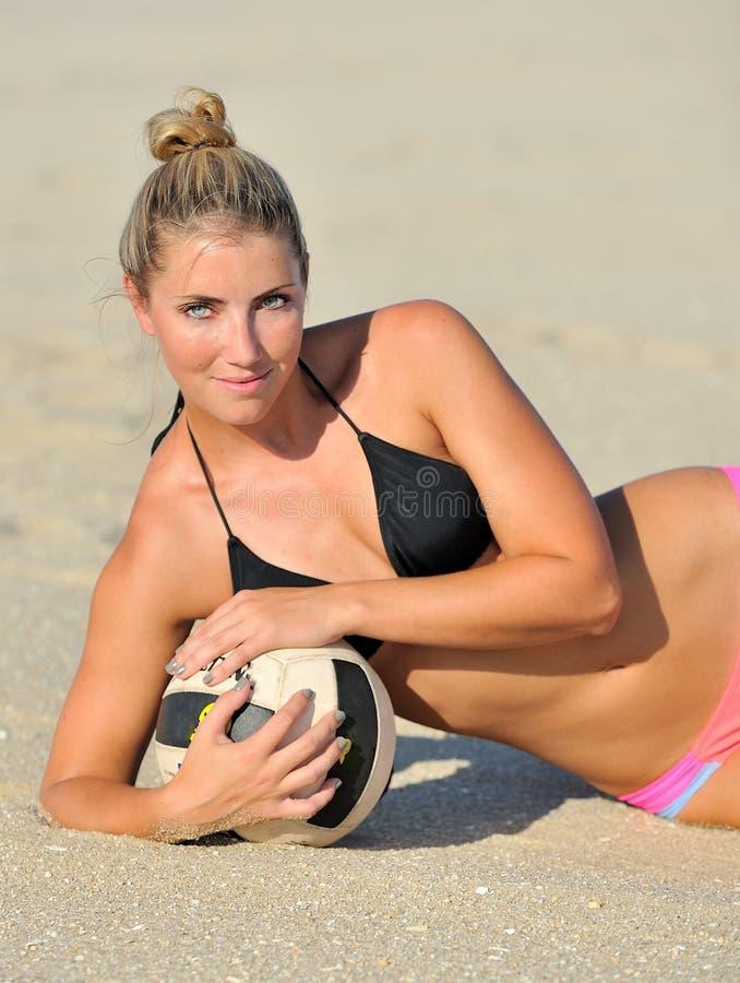 Voleibol rubio joven hermoso de la playa de la mujer imagenes de archivo