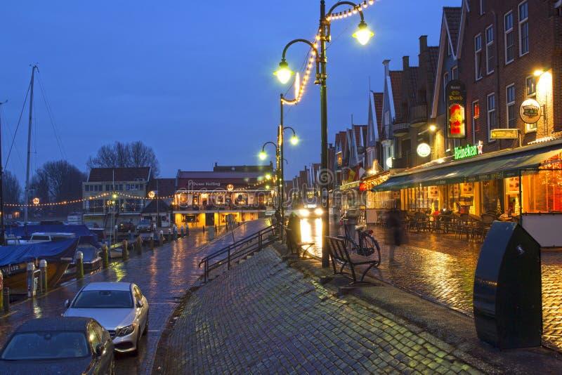 Volendam en la noche, una ciudad en Holanda Septentrional fotografía de archivo