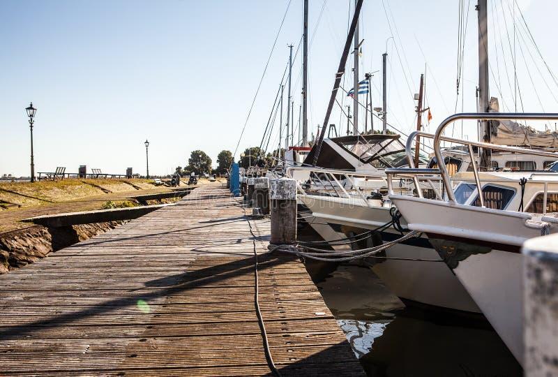 VOLENDAM NEDERLÄNDERNA - JUNI 18, 2014: Fartyg och seglar fartyg i den Volendam hamnen royaltyfri fotografi