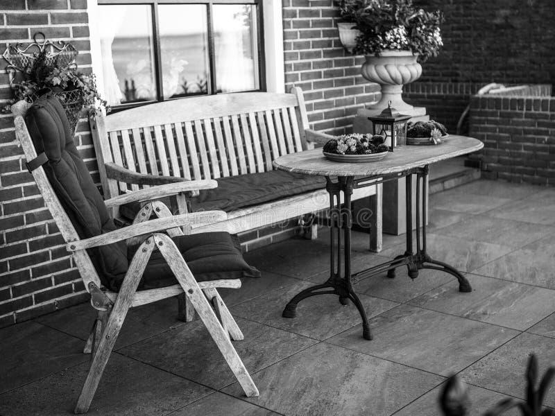 VOLENDAM NEDERLÄNDERNA - JUNI 18, 2014: Traditionella hus & gator i den Holland staden Volendam, Nederländerna royaltyfria foton