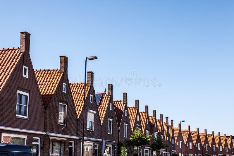 VOLENDAM NEDERLÄNDERNA - JUNI 18, 2014: Traditionella hus & gator i den Holland staden Volendam, Nederländerna arkivfoto