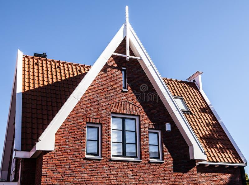 VOLENDAM NEDERLÄNDERNA - JUNI 18, 2014: Traditionella hus & gator i den Holland staden Volendam, Nederländerna arkivbilder