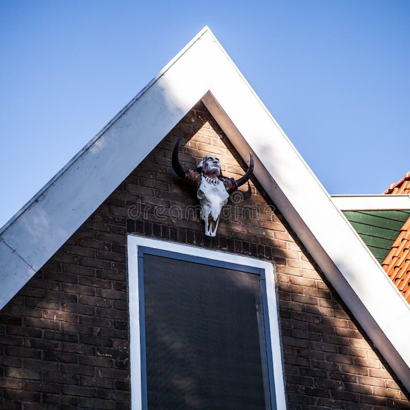 VOLENDAM NEDERLÄNDERNA - JUNI 18, 2014: Traditionella hus & gator i den Holland staden Volendam, Nederländerna arkivfoton