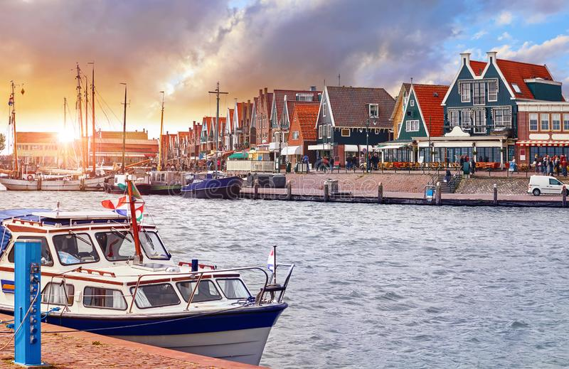Volendam, Pa?ses Bajos Yate de lujo parqueado por el embarcadero en puesta del sol foto de archivo