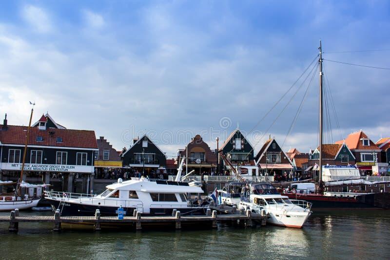 Volendam port som ses från vattnet, Nederländerna arkivbild