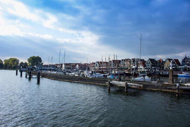 Volendam som ses från vattnet, Nederländerna royaltyfri foto