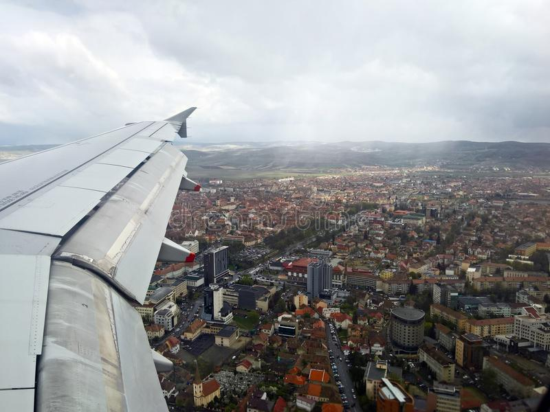 Voler au-dessus de Munchen dans un jour nuageux images stock