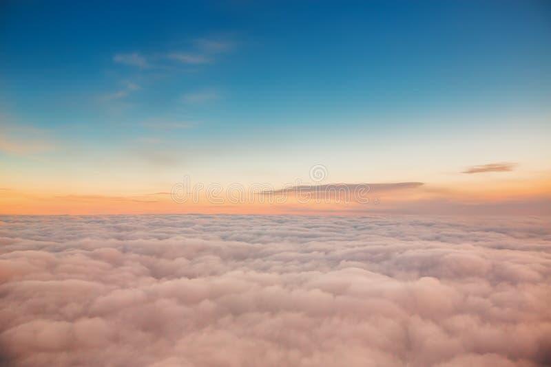 Voler au-dessus des nuages Vue de l'avion photographie stock