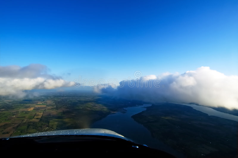 Voler avec les nuages images stock