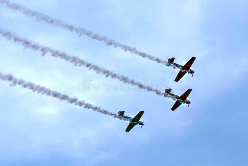 Voler dans la formation - avions à l'exposition acrobatique photographie stock libre de droits
