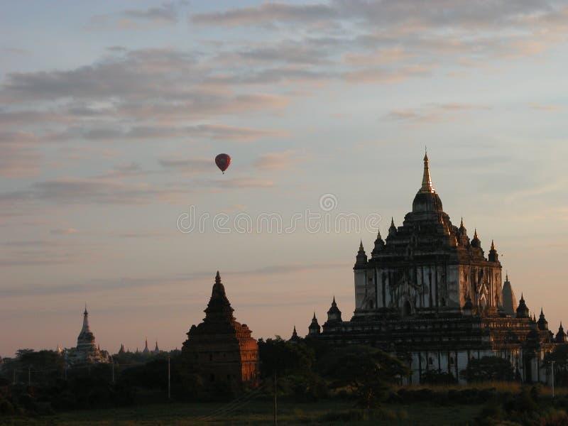 Voler dans le ballon à air au-dessus des ruines de Bagan images libres de droits