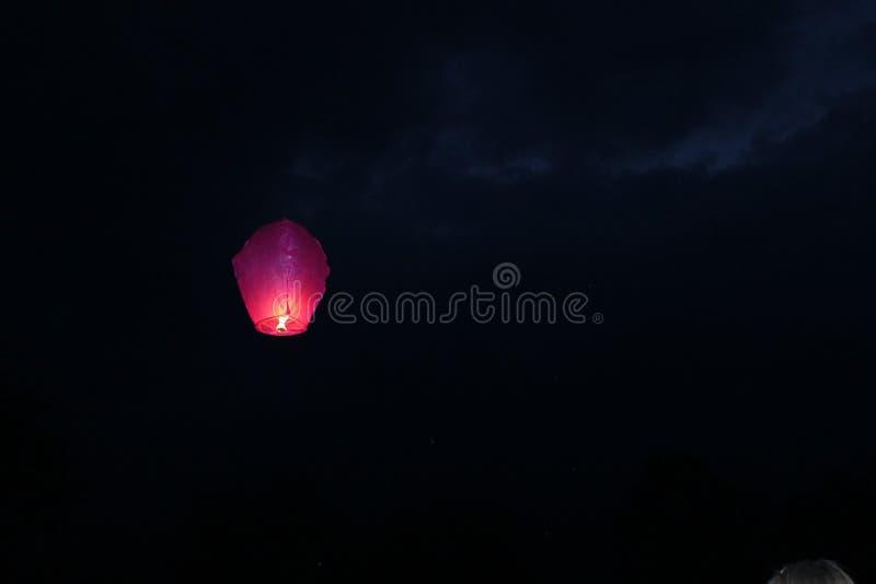 Voler dans le lampion du feu de ciel images stock