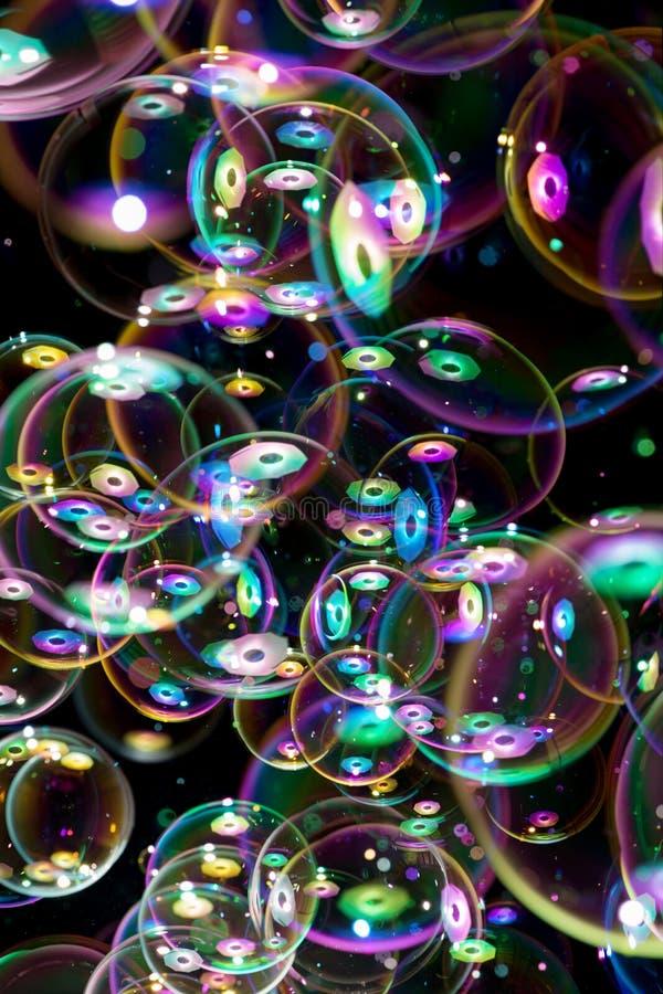 Voler de beaucoup de bulles de savon photographie stock