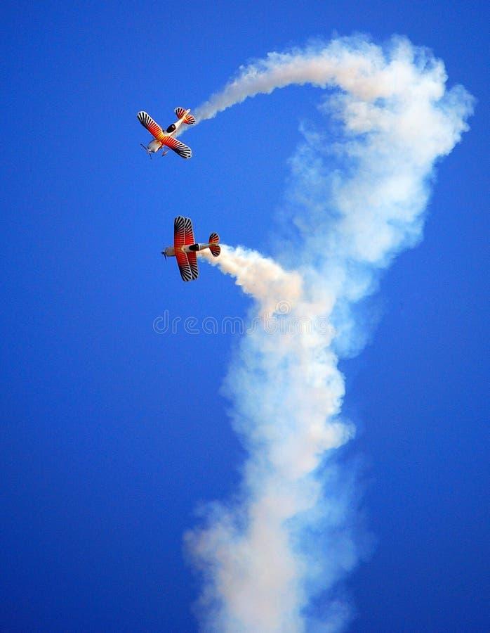 Voler de biplans (salon de l'aéronautique) photo stock