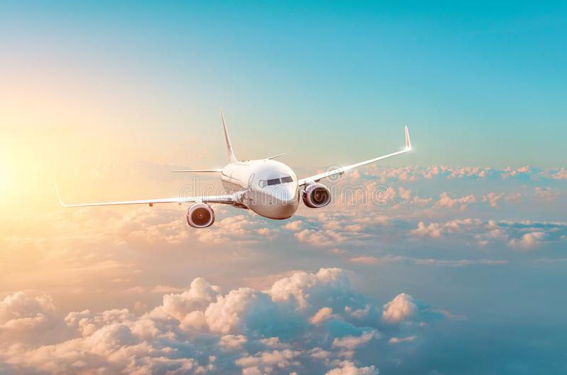 Voler et voyager, coucher du soleil dans l'avion égalisant de voyage photo libre de droits