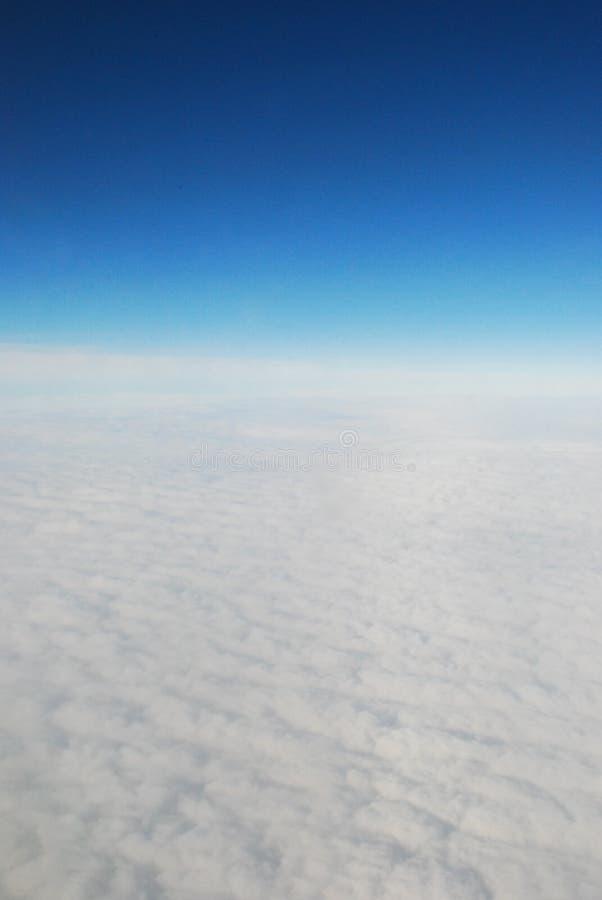 Voler haut au-dessus du monde images stock