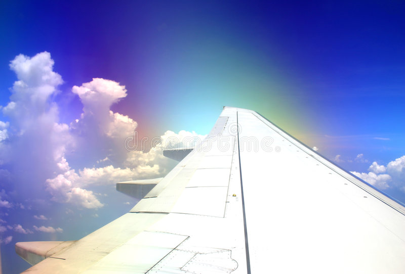 Voler par l'arc-en-ciel photos libres de droits