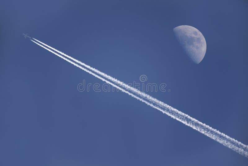 Voler sous la lune images libres de droits
