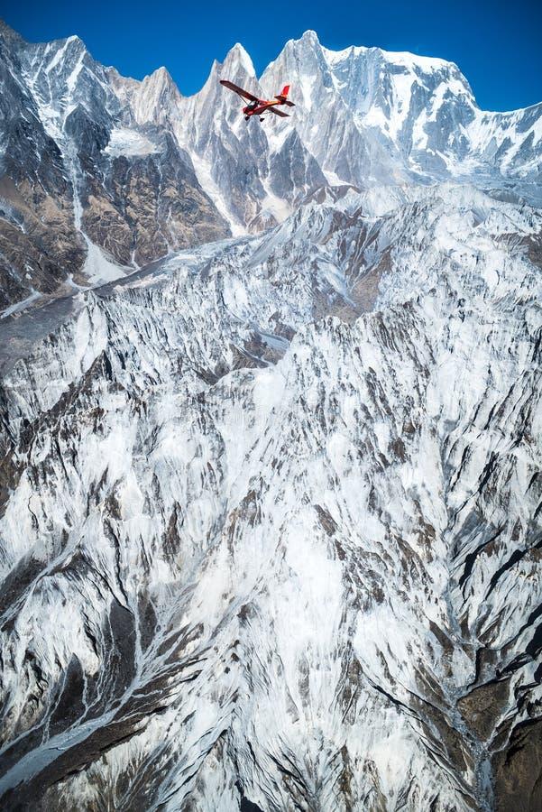 Voler sur l'avion au-dessus du sommet ou de la queue de poisson Mountai de Machapuchare images libres de droits