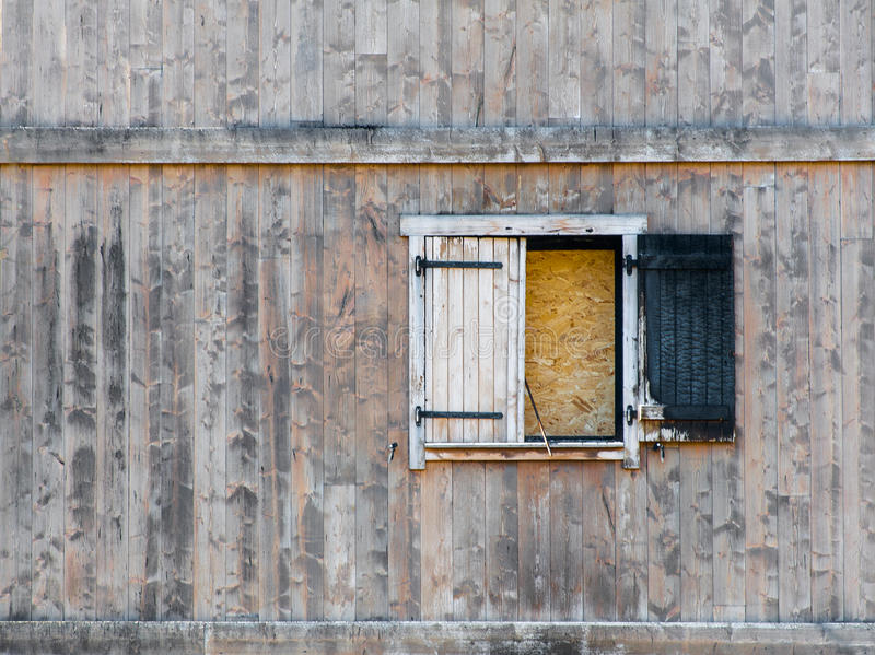 Volet brûlé de fenêtre dans le bâtiment en bois délabré image libre de droits
