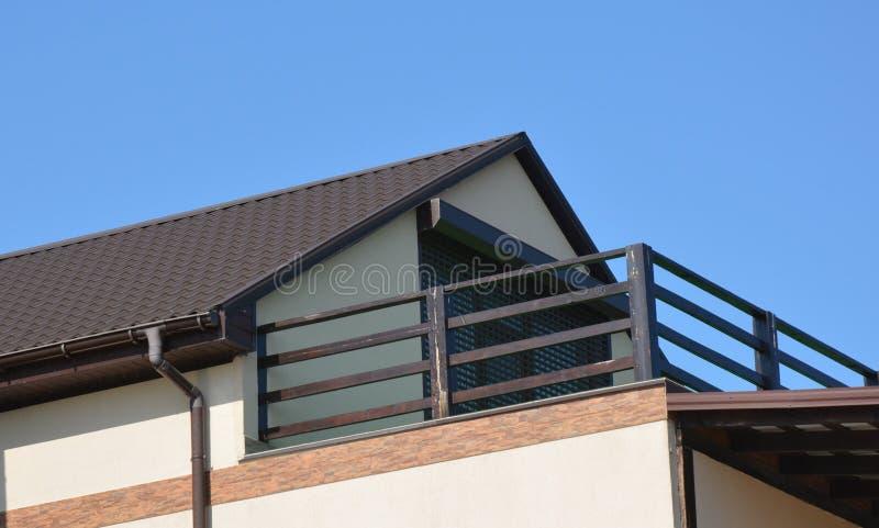 Volets de sécurité, grils sur la porte de balcon de maison Volets de rouleau de volets de sécurité de Chambre, portes de sécurité images libres de droits
