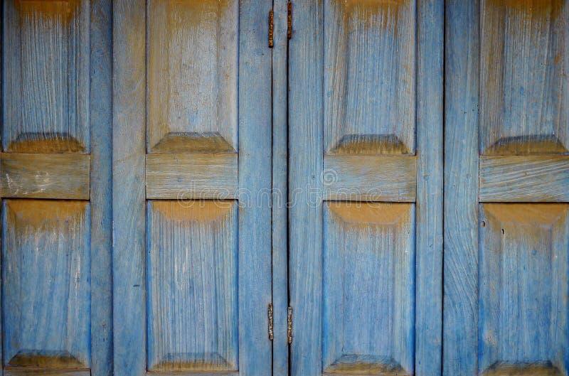 Volets en bois bleus saisissants image libre de droits