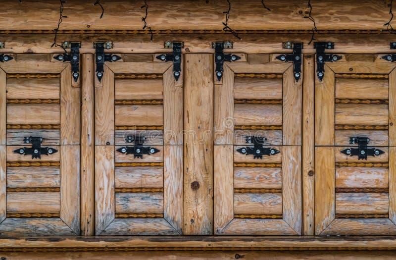 Volets en bois d'une vieille maison photographie stock
