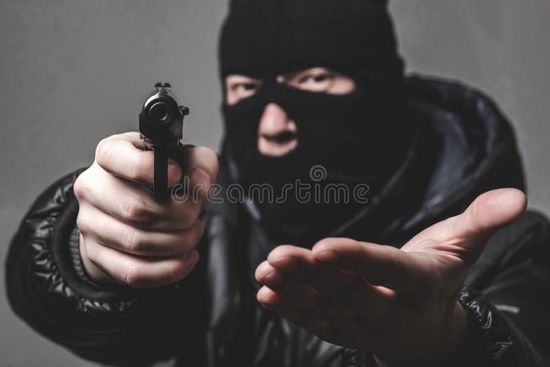 Voleur avec une arme à feu aming photos libres de droits
