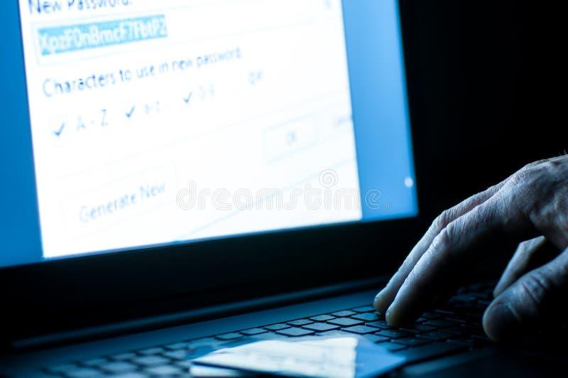 Voleur de carte de crédit sur l'ordinateur portable photos libres de droits