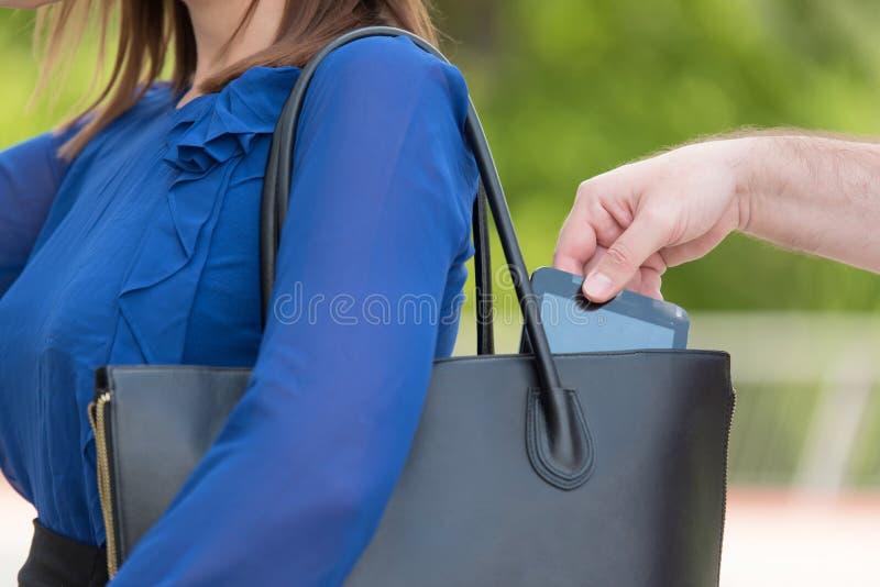 Voleur de pickpocket volant un téléphone portable image libre de droits