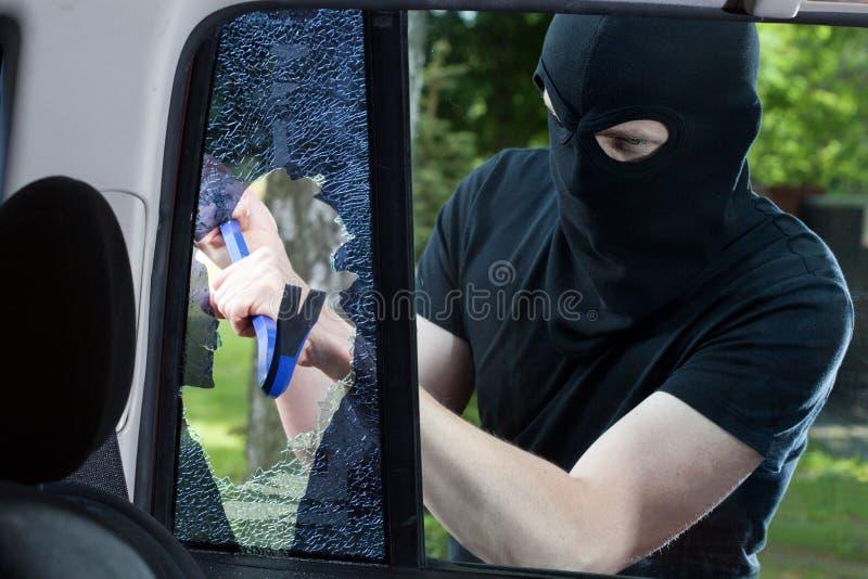 Voleur de voiture avec le pied-de-biche images libres de droits