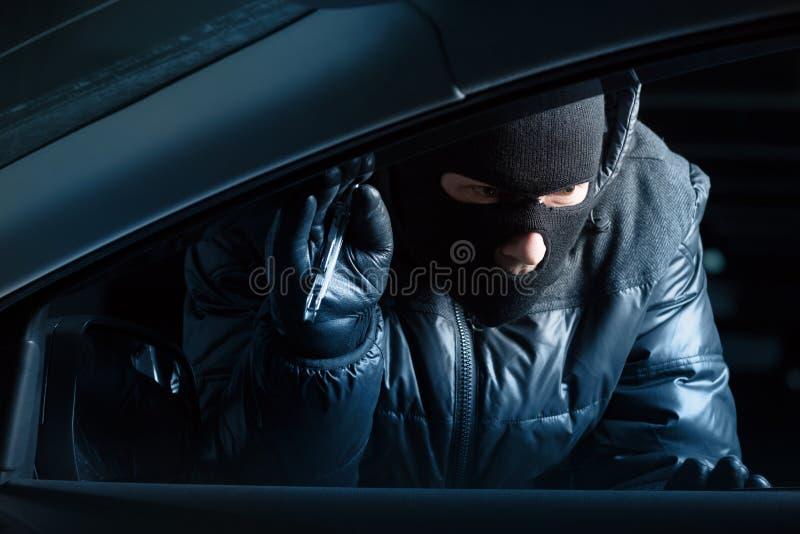 Voleur de voiture la nuit images stock