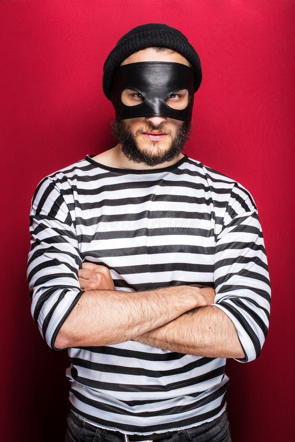 Voleur fâché avec le masque photo stock