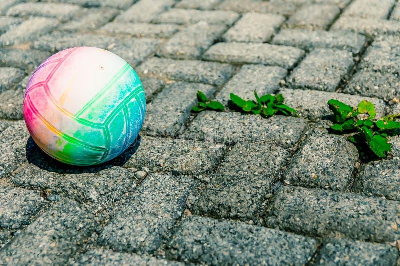 Voleyball colorido, abandonado no pavimento velho áspero imagens de stock