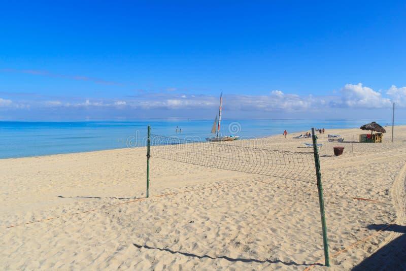 Voleyball lekplats och att segla katamaran på stranden arkivfoton