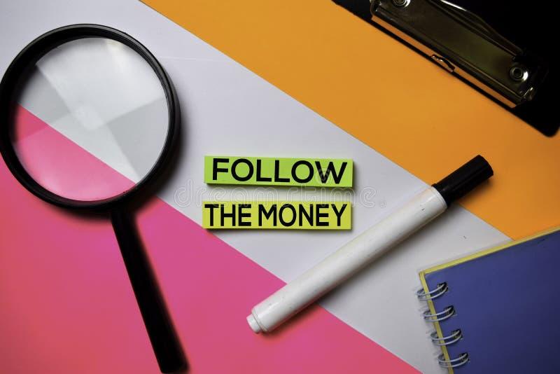 Volg de Geldtekst op kleverige nota's met het concept van het kleurenbureau royalty-vrije stock foto's