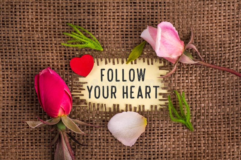 Volg uw die hart in gat op de jute wordt geschreven royalty-vrije stock afbeelding