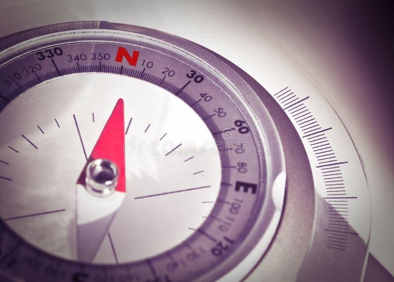 Volg uw richting - conceptenbeeld met navigatiekompas royalty-vrije stock foto